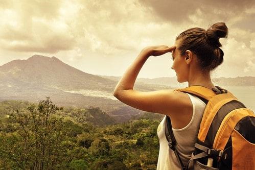 Девушка на вершине горы